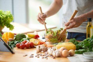 Beslenme alışkanlıkları saç dökülmesi üzerinde etki sahibi bir faktördür.