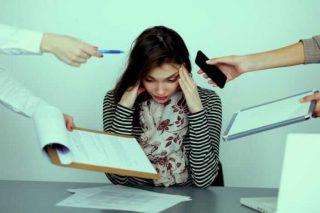 Stres ve hormon değişimleri özellikle kadınlarda saç dökülmesini tetikleyen faktörlerdir.